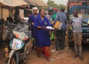 Des femmes distribuent du Savon contre Ebola dans les marchés. Photo PNUD Guinée